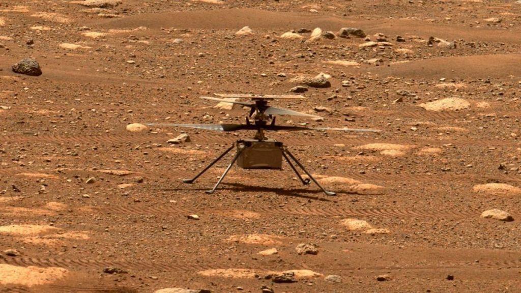 Imagem do helicóptero da NASA, o Ingenuity, no solo de Marte