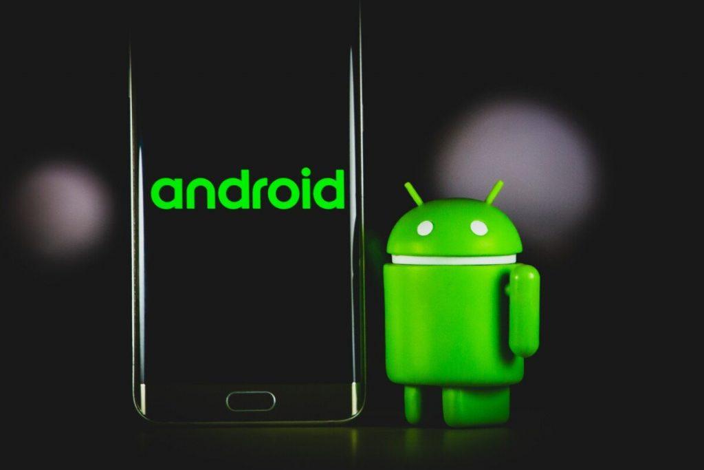Bugdroid et un smartphone Android