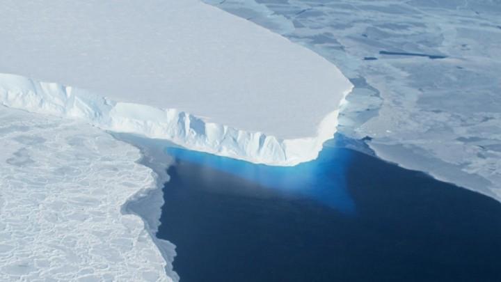 Die Front des Thwaites-Gletschers mit Eisunter der Wasseroberfläche im Südwesten der Antarktis im Oktober 2012. (picture alliance / Nasa / Jim Yungel )