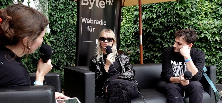 Bild von der ByteFM Moderatorin Jessica Hughes, im Gespräch mit der Band Culk auf der Pop-Kultur 2021.